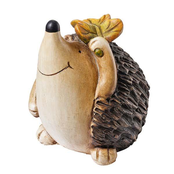 Deko-Igel mit Blatt auf dem Kopf